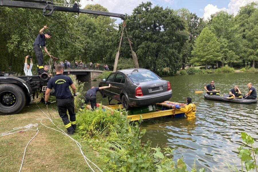 Ein ungewöhnlicher Einsatz für die Feuerwehr - ein Auto wird zu Wasser gelassen.