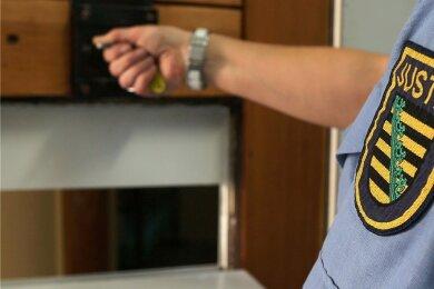 In einem Fall von Drogen-Kriminalität besteht der Verdacht, dass ein Justizmitarbeiter darin verwickelt sein könnte.