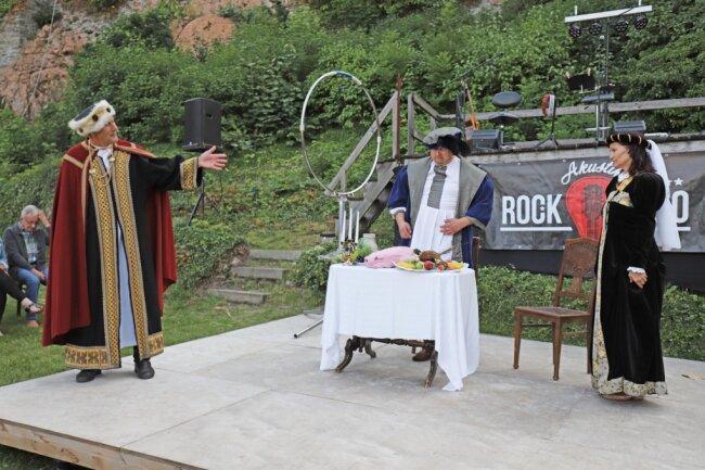 Die Mitglieder des Schauspielensembles des Mittelsächsischen Kultursommers unterhielten mit einer historischen Szene.