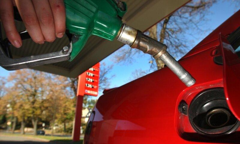 """<p class=""""artikelinhalt"""">Schnell nochmal volltanken, bevor der Sprit womöglich wieder teurer wird. Wie hier an der Agip-Tankstelle in Hohenstein-Ernstthal haben viele Autofahrer diese Chance in den vergangen Tagen genutzt.</p>"""