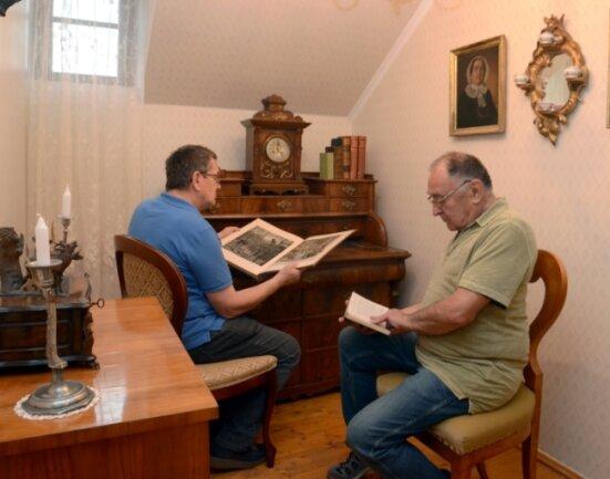 """Anlässlich der Ausstellung """"620 Jahre Herrschaft Trützschler"""" haben Andreas Rößler (links) und Ulrich Wolf im Falkensteiner Museum ein """"Trützschler Zimmer"""" eingerichtet."""