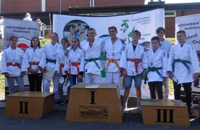 Die Starter des gastgebenden JV Ippon Rodewisch bei den Judo-Landesmeisterschaften am Wochenende. In dieser Altersklasse blieben zehn Medaillen beim Ausrichterverein, für den Nevio Reich, Chantal Dolle und Roza Agumava Gold holten. In der Altersklasse U 13 stellten die Rodewischer sogar sechs neue Landesmeister.