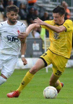 Marcin Sieber (rechts) schirmt hier den Ball vor Nader El-Jindaoui ab, dem Schützen des 0:1.