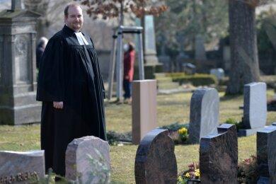 Pfarrer Samuel Weber auf dem Friedhof an der Kirche in Weigmannsdorf.