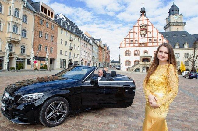 Eine Wochenendfahrt ins Blaue mit dem Cabriolet winkt der diesjährigen Siegerin bei der Wahl zur Spitzenprinzessin. Das Autohaus Müller, am Steuer Torsten Berger, stellt das Fahrzeug für ein Wochenende zur Verfügung. Die amtierende Hoheit, Barbara Riss (rechts), tritt nicht noch einmal an.