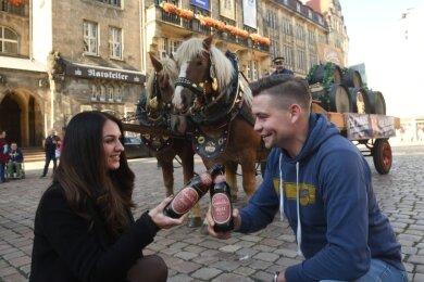 Melanie Artzig und Willy Stößer vom Einsiedler Brauhaus stoßen mit Jubiläumsbier auf das 135-jährige Bestehen der Brauerei an. Anlässlich des Jubiläums wurde der Gerstensaft am Sonnabend mit einem historischen Pferdefuhrwerk ausgeliefert.