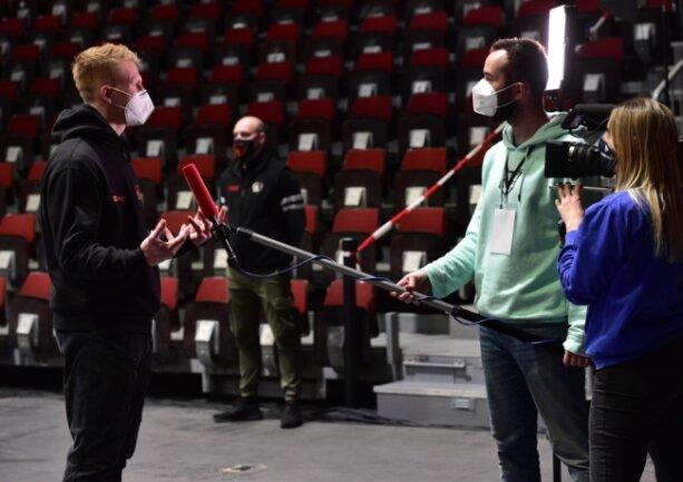 """Während des ersten BBL-Heimspiels der Niners interviewte Thomas Höppner Spieler Luis Figge für das Fanmagazin """"Niners 360"""". Ende Dezember bringt er den Film """"Unfinished Business"""" heraus. Screenshots daraus sind auf der kleinen Bildergalerie in diesem Artikel zu sehen."""