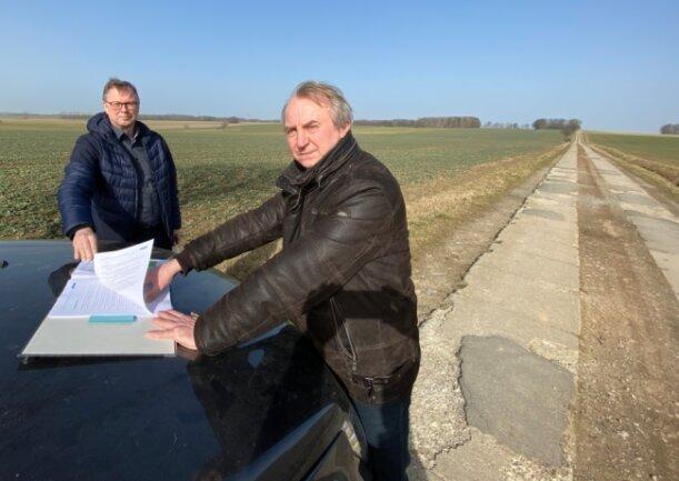 Bürgermeister Rico Gerhardt (l.) und Naturschützer Tobias Mehnert am Plattenweg zwischen Kleinschirma und Kleinwaltersdorf. Hier sind vier Windkraftanlagen geplant.