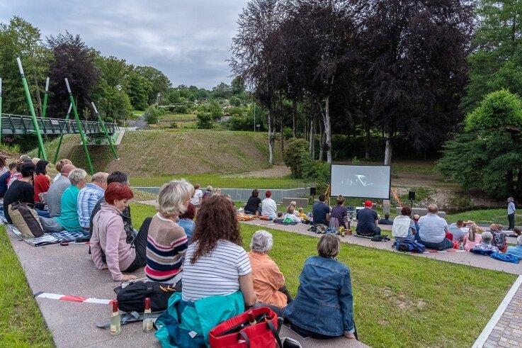 Premiere für das Freiluft-Kino an der Parkbrücke. Der Rodewischer Insel-Kino-Verein will die Göltzsch-Terrasse künftig öfter bespielen.Foto: David Rötzschke