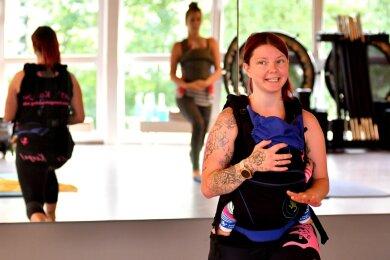 Nah am Körper soll das Baby sein, wenn die Mutter gut drei Monate nach der Geburt mit dem Kanga-Training bei Melissa Schmutzler beginnt. Die Breitenauerin zeigt Frauen spezielle Übungen, die schonend für den Beckenboden sind - demnächst auch in Flöha.