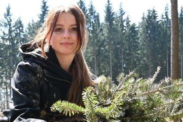 Maria Wasner aus Neustädtel, die ein duales Studium im Bereich Automobilmanagement absolviert, hat beim Pflanzen mit angepackt.
