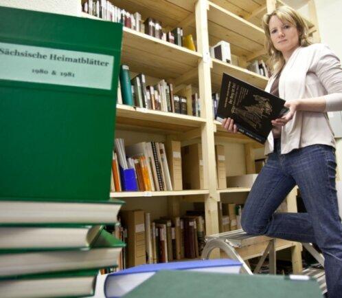 """<p class=""""artikelinhalt"""">Ina Georgi baut im Bad Schlemaer Uranbergbaumuseum die wissenschaftliche Bibliothek aus.</p>"""