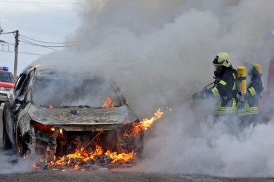 Dieser Opel Astra hatte während der Fahrt Feuer gefangen. Rauch und giftige Dämpfe bleiben in der Einsatzkleidung der Feuerwehrleute haften.