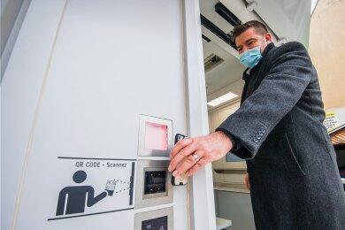 Einlass gibt es mit einem QR-Code, der an der Tür eingescannt wird. Im Foto zu sehen ist Jan Wabst, Chef der Firma Seiwo Technik, bei einem Probelauf.