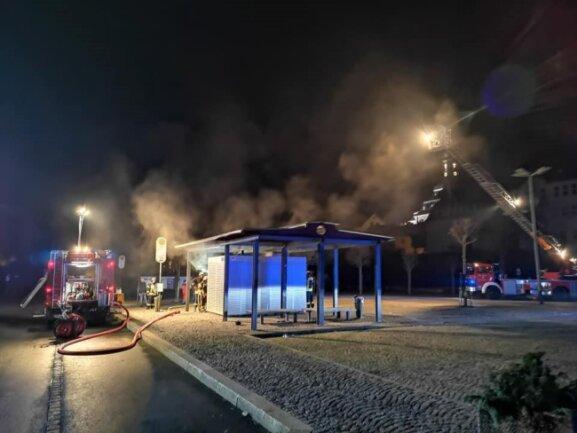 In Klingenthal rückte die Feuerwehr zu einem brennenden Toilettenhäuschen am Marktplatz aus.