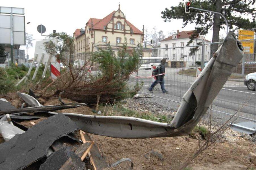 Vom Haus am Ahnataler Platz 1 in Burgstädt wurden Teile des Daches abgerissen und auf die Mittweidaer Straße geweht.