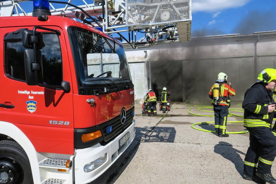 Anlage in leerstehender Lagerhalle fängt Feuer