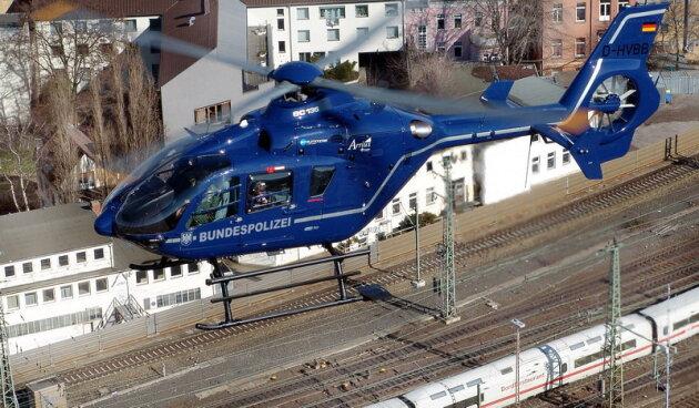 Hubschrauber-Einsatz - Sprayer besprühen einen Zug