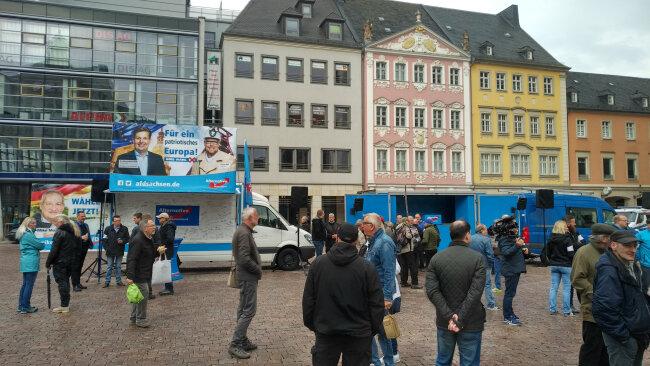 Erste Teilnehmer der AfD-Kundgebung auf dem Chemnitzer Markt.