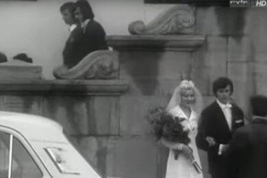 Eine Filmszene am Plauener Rathaus: Der Jößnitzer Wolfgang Eckardt spielte darin den Bräutigam, während Andreas Krone mit einem Kumpel die Rathaustreppe hinab geht.