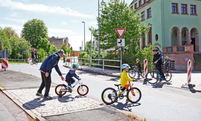 Entlang der viel befahrenen Kirchberger Straße in Wilkau-Haßlau fehlt - wie an den meisten Straßen der Stadt - bisher ein Radweg.