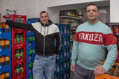 Kevin Uhlig (l.) und Maik Fritzsch eröffnen am Montag auf der Adam-Ries-Straße einen Spätkauf. Sie sind auch die Betreiber des Wolpertinger.