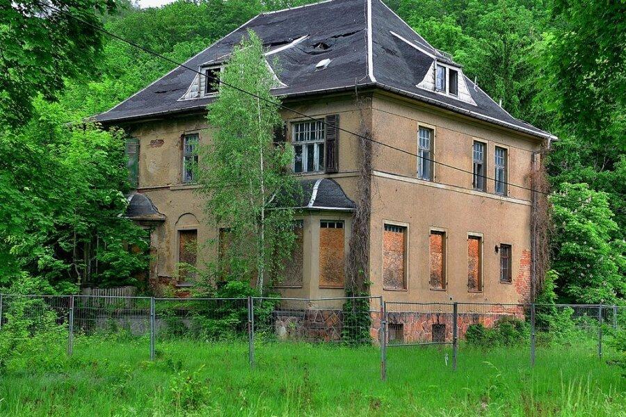 Die verfallene Kommandantenvilla im ehemaligen KZ Sachsenburg: Nun gibt es neue Ideen für den Umgang mit dem Gebäude.