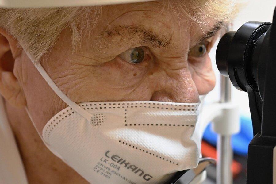 Schicht für Schicht: Mithilfe des OCT wird die Netzhaut von Brigitte Friedrich in der Chemnitzer Augenklinik untersucht und analysiert.