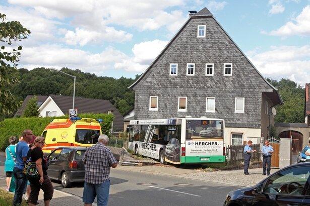Meerane: Bus fährt gegen Hauswand