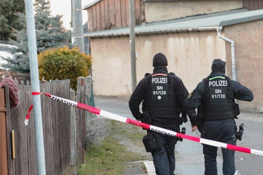 Ein 41 Jahre alter Mann ist Anfang März in Limbach-Oberfrohna erschossen worden. Rechtsmediziner Jan Dreßler stellte vor dem Zwickauer Landgericht am Montag das Obduktionsergebnis vor. Demnach war der Mann innerhalb weniger Minuten gestorben.
