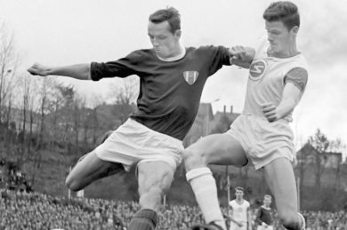 Ernst Einsiedel (l.) war für Dribblings und Kopfbälle gefürchtet. In dieser Szene setzt er sich gegen Alfons Babik von Sachsenring Zwickau durch. Die Oberligapartie am 2. November 1968 endete torlos.