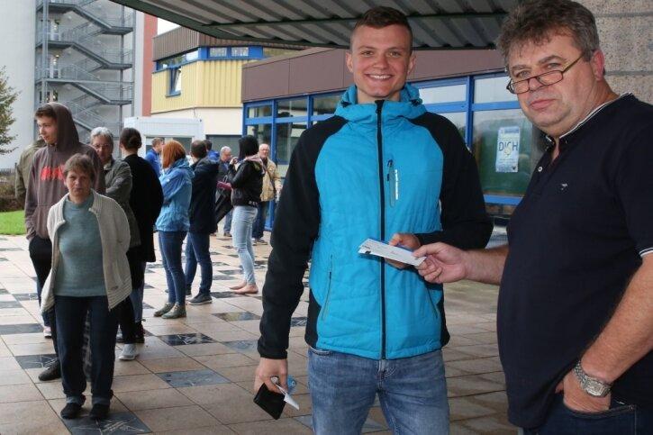1900 Zuschauer sind für den Pokal-Hit zwischen Aue und Kiel in der Erzgebirgshalle zugelassen. Beim freien Verkauf der Karten half diese Woche EHV-Manager Rüdiger Jurke mit, der Lucas Schönweiß aus Zwickau nach gut einer Stunde Schlange stehen das Ticket persönlich überreichte.