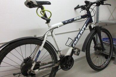 """Der Besitzer dieses weiß-dunkelblauen Mountainbikes vom Typ """"Giant XTC 26"""" wird gesucht."""