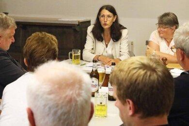 Kornelia Weihprecht bei der Lesung über die Lebenserinnerungen der Familie Foedisch, die eng mit Fraureuther Porzellan verbunden war.