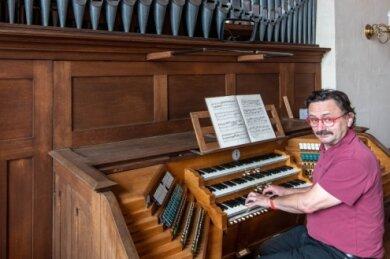 Kantor Jens Petzl an der Schmeisser-Orgel in der Rochlitzer Kunigundenkirche. Das dreimanualige Instrument wurde vor 100 Jahren eingeweiht. Weitere Bilder der Orgel und der Kirche finden Sie im Internet unter folgendem Link: www.freiepresse.de/schmeisser.