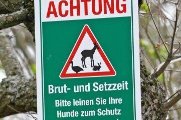 Mit solchen Hinweisschildern wenden sich Jäger an Waldbesucher mit Hunden.