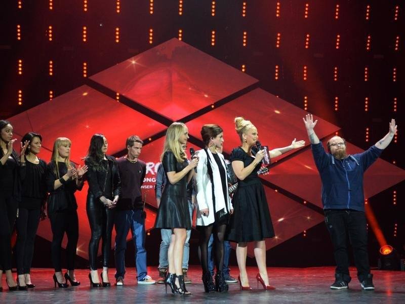 Andreas Kümmert bedankt sich beim Publikum für seine Wahl. Daneben Moderatorin Barbara Schöneberger und die Zweitplazierte Ann Sophie.
