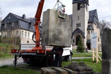 Das alte Denkmal an der Tannenbergsthaler Kirche ist abgebaut.