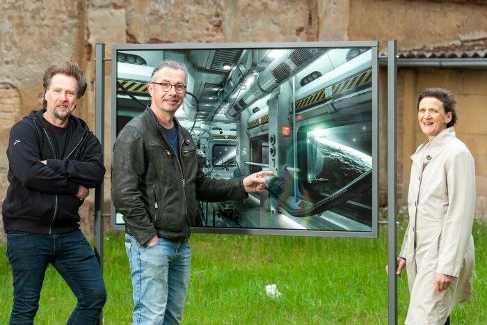 Erika Wünsch, Rolf Büttner und Thomas Kruse (v. r.) vor einem der stählernen Rahmen der neuen Oederaner Freiluft-Fotoschau.