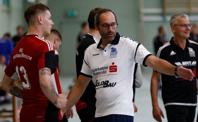 Mario Schuldes (r.) schwört Linksaußen Felix Uhlig auf seine Rolle im Kader des Handball-Oberligisten HC Glauchau/Meerane ein.