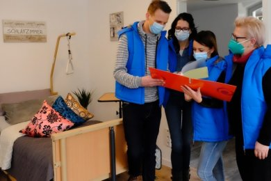 Geschäftsführer Sebastian Börner (links) kann mit seinem Team jetzt Dienstbesprechungen in den neuen Räumlichkeiten abhalten.