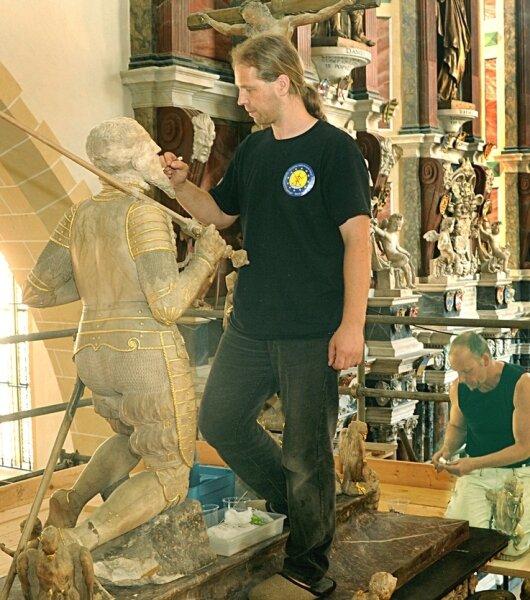 """<p class=""""artikelinhalt"""">Michael Eilenberger (Restaurator, vorn) und Uwe Berger (Bildhauer ) reinigen das Grabmal mit der lebensgroßen Figur des Kurfürsten Moritz von Sachsen im Freiberger Dom. </p>"""