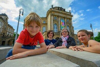 """Claudia Bothe ist für ihre Enkel die """"Oma für Kunst und Kultur"""". Zusammen gehen sie auch gern in die Oper in Chemnitz."""