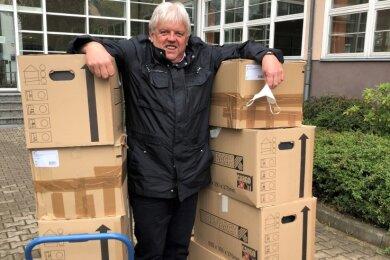 Hainichens Oberbürgermeister Dieter Greysinger hat zehn Kisten mit Unterlagen für den Striegistalradweg abgegeben.