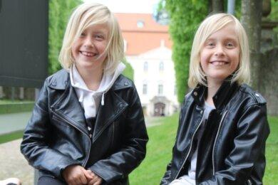 Laura und Sophie (v. l.) haben viel Spaß beim Erkunden von Schloss Lichtenwalde.