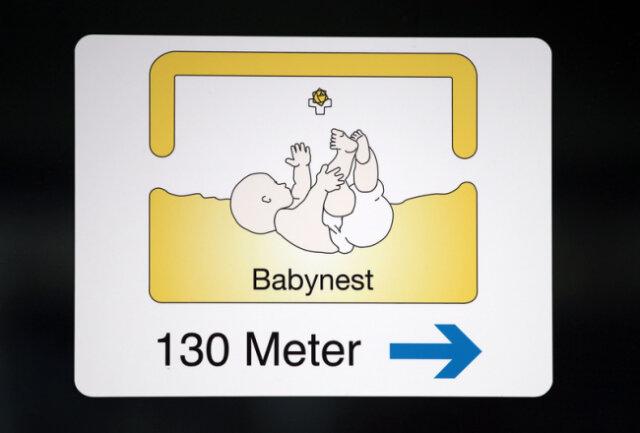 Ein Schild weist den Weg zum Babynest eines Krankenhauses.