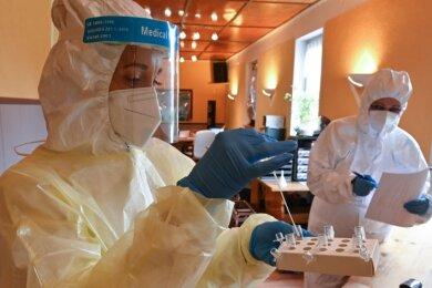 Das Testzentrum am Schulberg 5a in Glösa wird vom einheimischen Unternehmen Medizinische Transporte & Dienstleistungen betrieben. Es soll auch weiterhin geöffnet sein. Peggy Weikert (links) und Steffi Wolf-Ferroni analysierten am Mittwoch Coronatests.