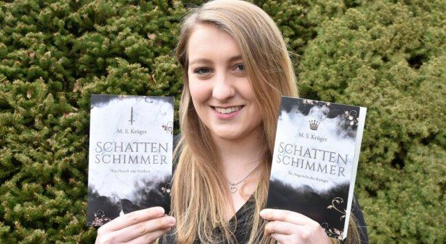 """Marie Krüger liest nicht nur Fantasy-Literatur - sie hat mit """"Schattenschimmer"""" selbst einen zweibändigen Roman geschrieben."""
