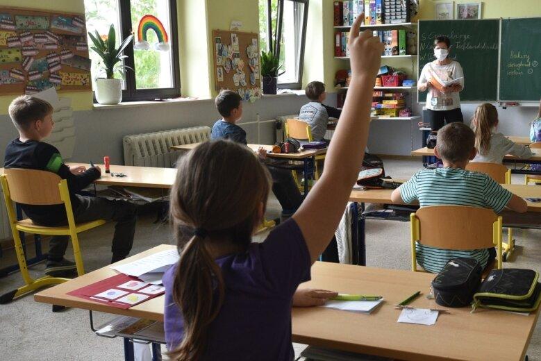 Lehrerin Kerstin Menzel unterrichtet in der Coronakrise einen Teil der Klasse 4 der Heinrich-Heine-Grundschule in Mühlau. Ab Montag beginnen auch die ersten bis dritten Klassen mit dem Unterricht. Dafür gibt es spezielle Abstands- und Hygieneregeln sowie Hinweispläne in Elternbriefen.