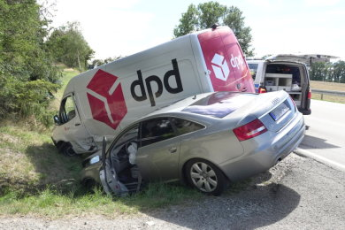 Beide Fahrzeuge landeten im Straßengraben.